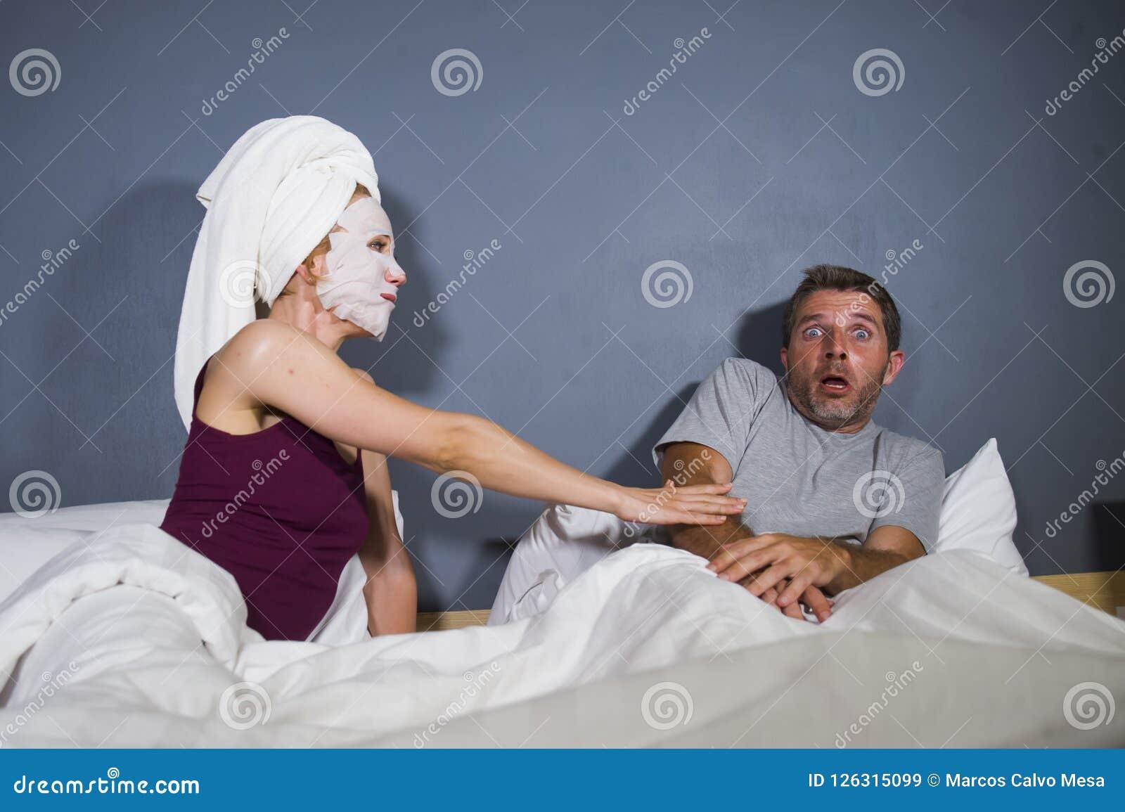 Retrato engraçado do estilo de vida do homem e da mulher que caracterizam o casal estranho com a esposa na máscara protetora prin