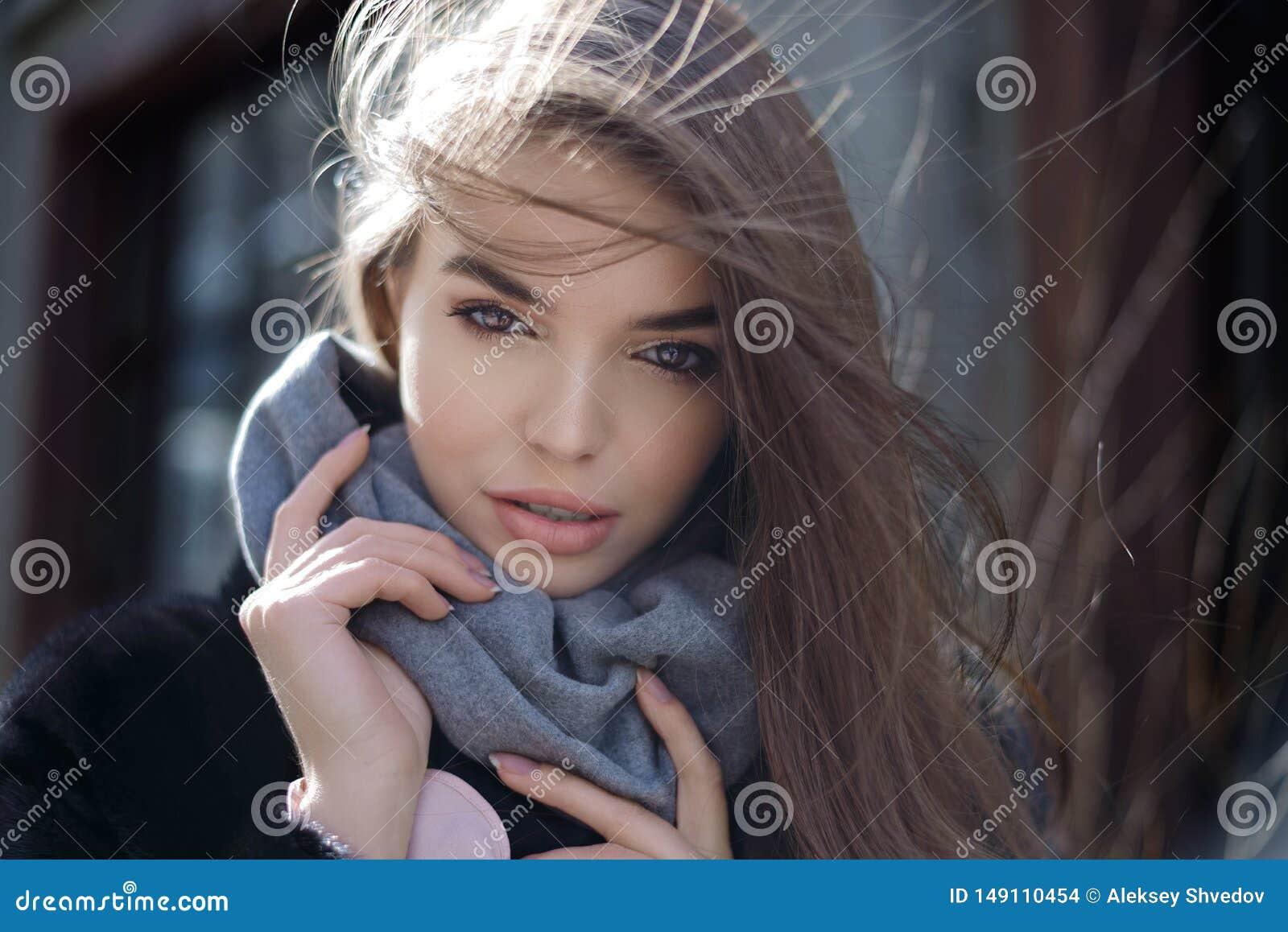 Retrato ensolarado da forma do estilo de vida do ver?o da mulher ? moda nova que anda na rua, equipamento na moda bonito vestindo