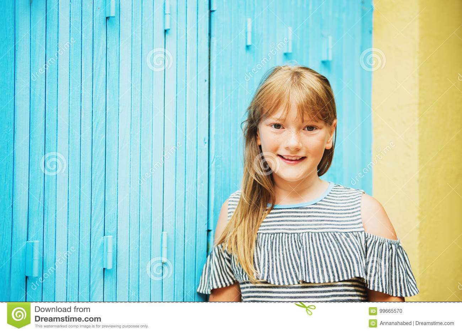 Retrato exterior da menina bonito da criança de 10 anos do preteen