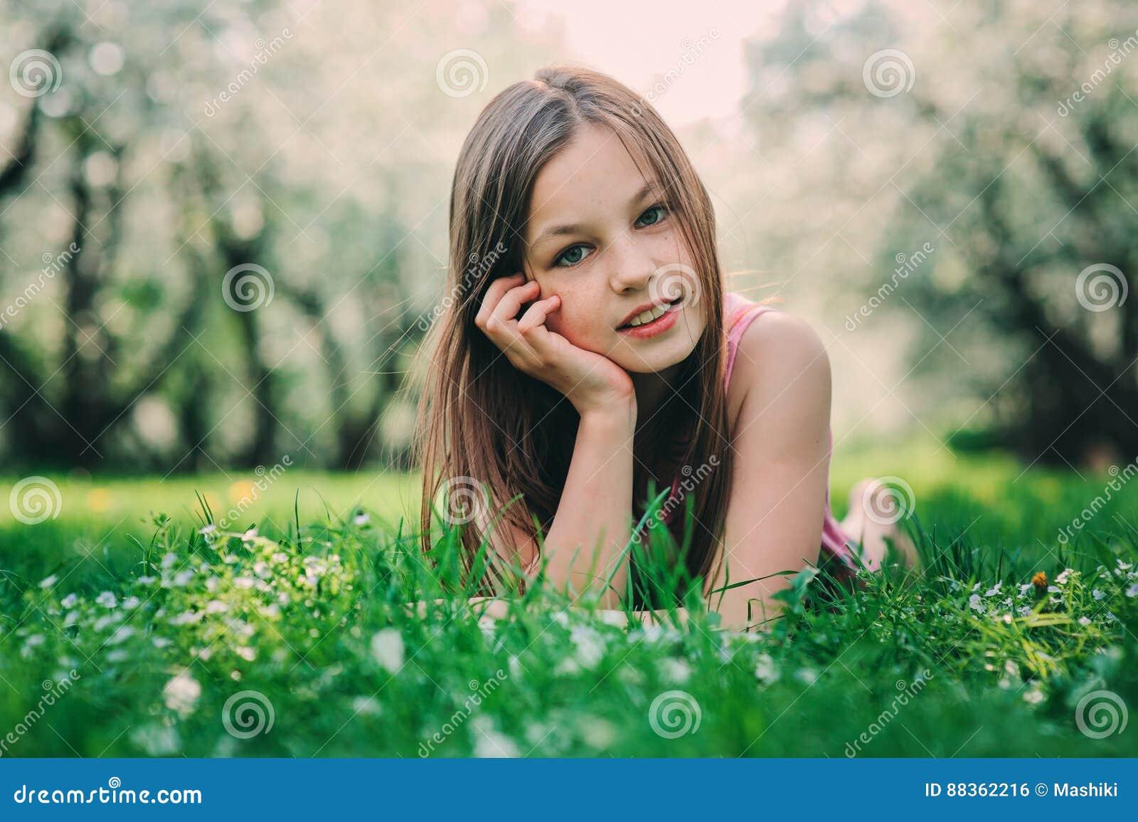 Retrato exterior do close up da mola de 11 anos adoráveis da menina idosa da criança do preteen