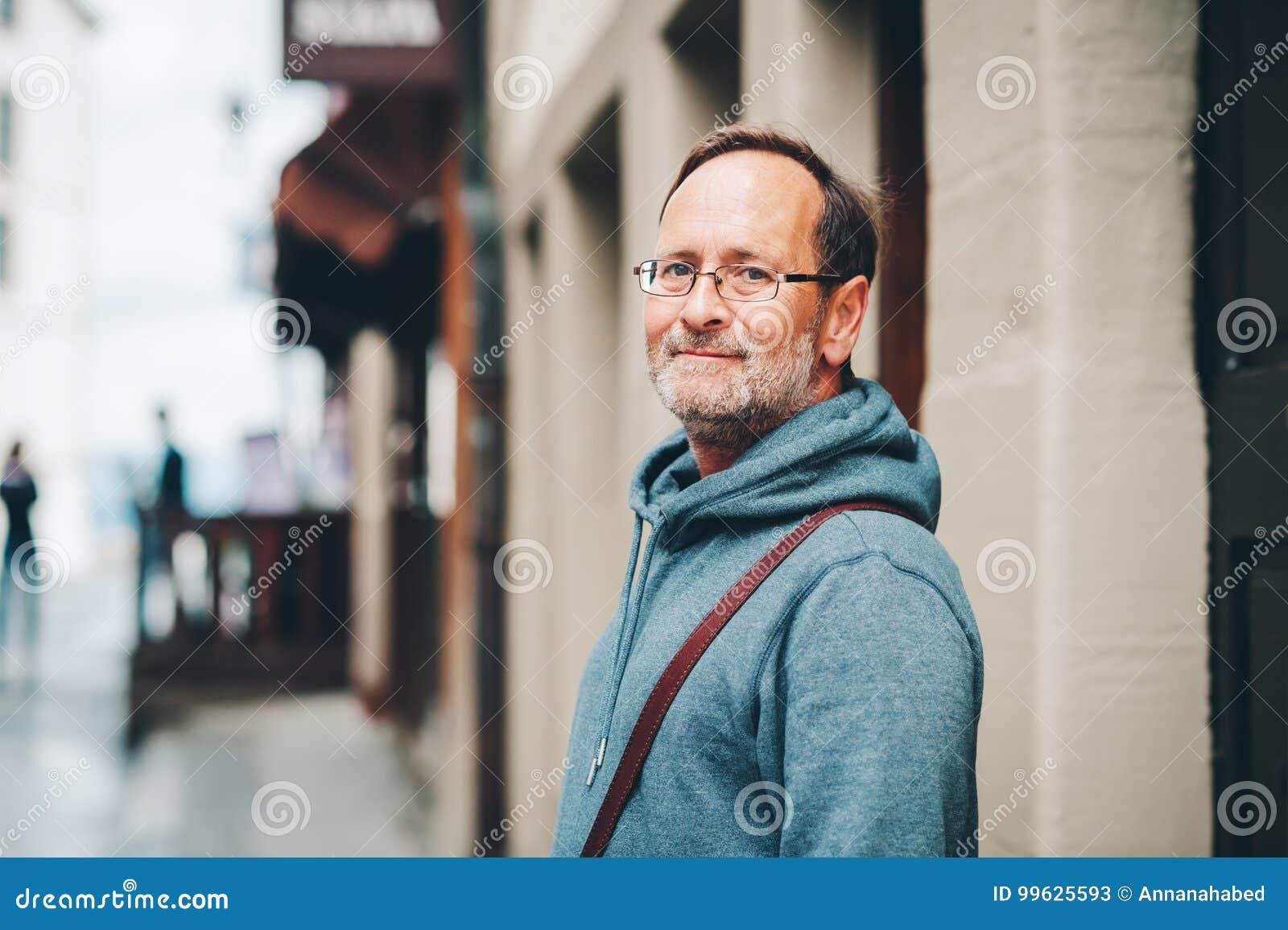 Retrato exterior do homem das pessoas de 50 anos
