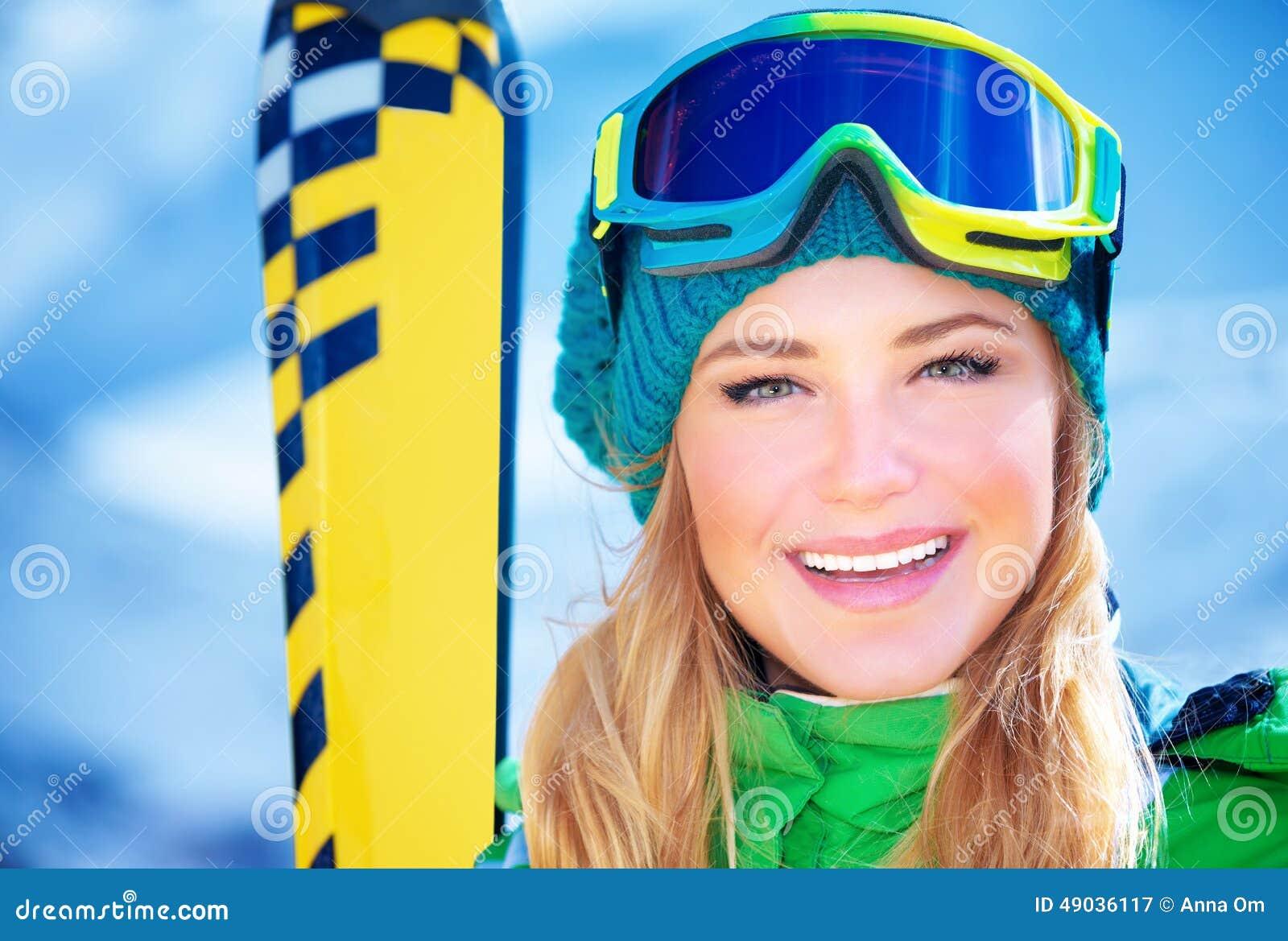 Retrato feliz da menina do esquiador