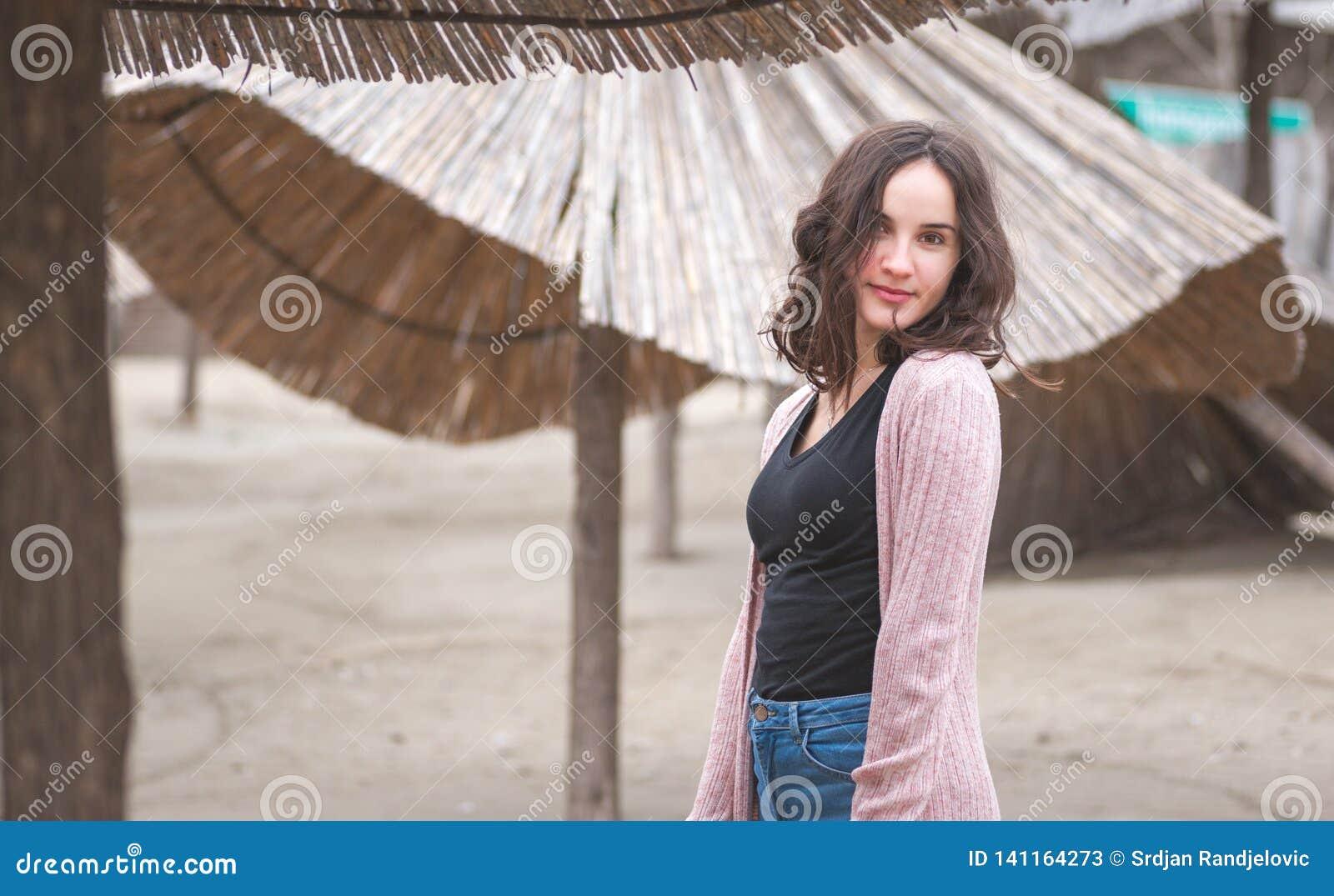 Retrato feliz da menina, retrato da moça sensível feliz positiva bonita ou mulher que levanta fora na roupa ocasional com SMI