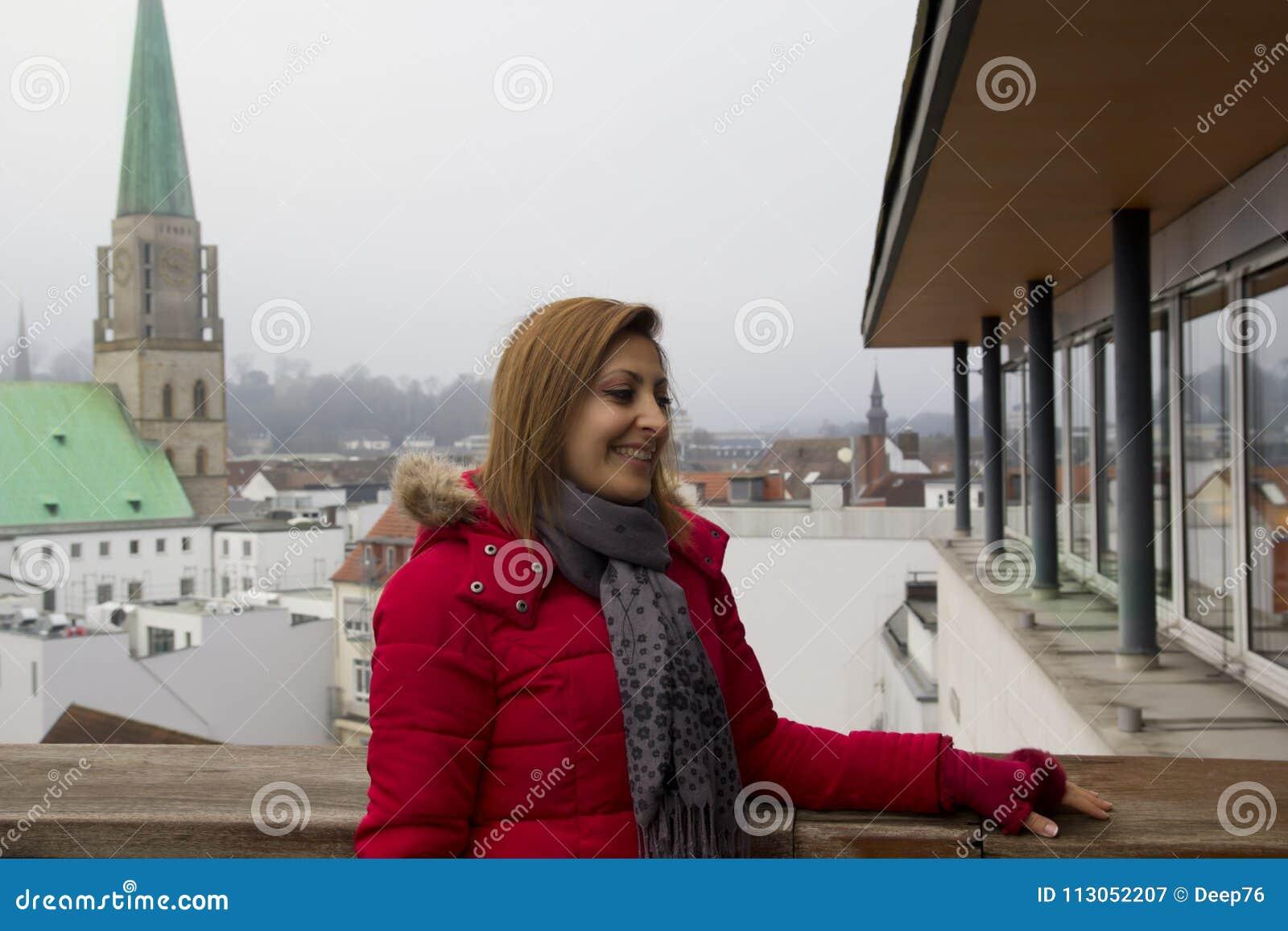 cb1f0cdaff A mulher feliz é de sorriso e de vista a câmera em Bielefeld