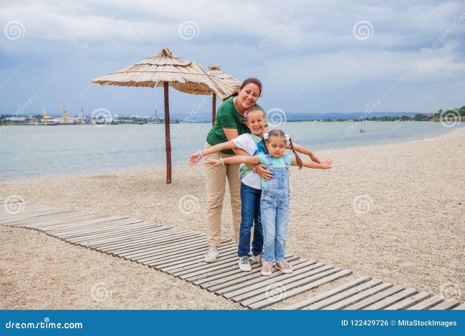 Retrato feliz de la familia al aire libre