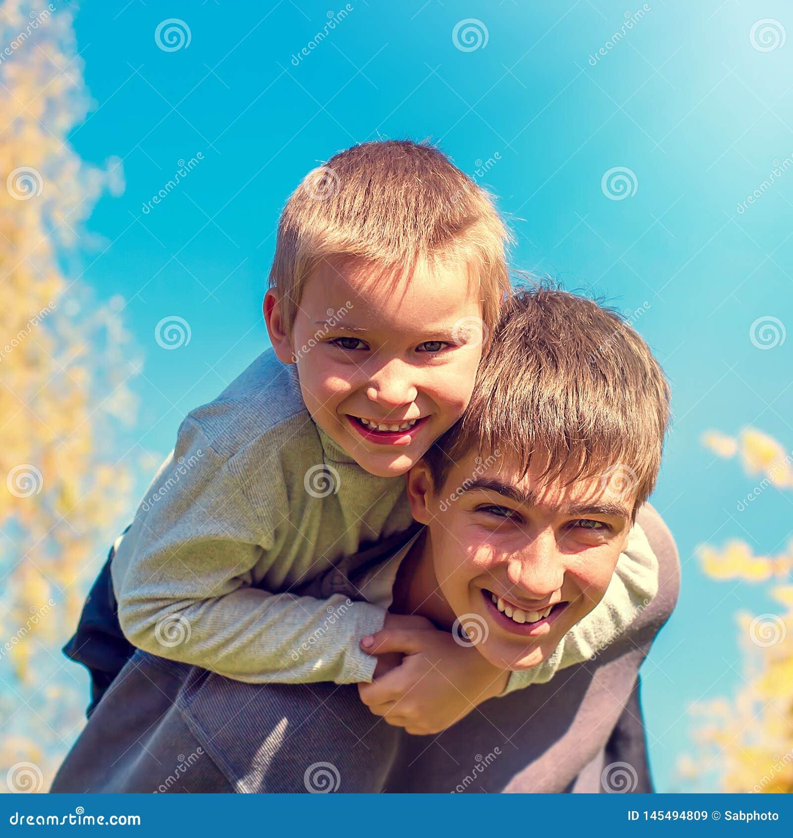 Retrato feliz de los hermanos