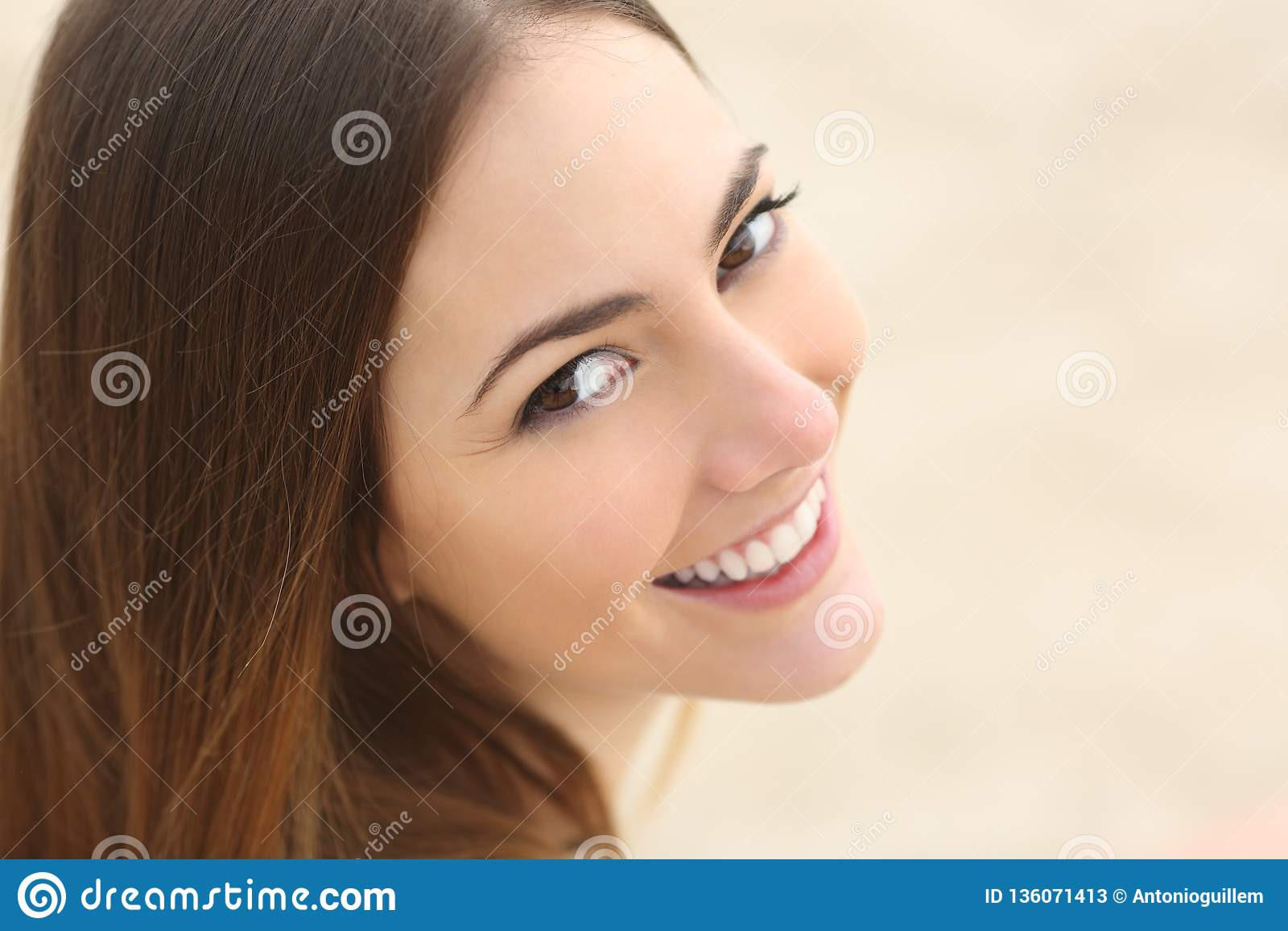 Retrato feliz do adolescente