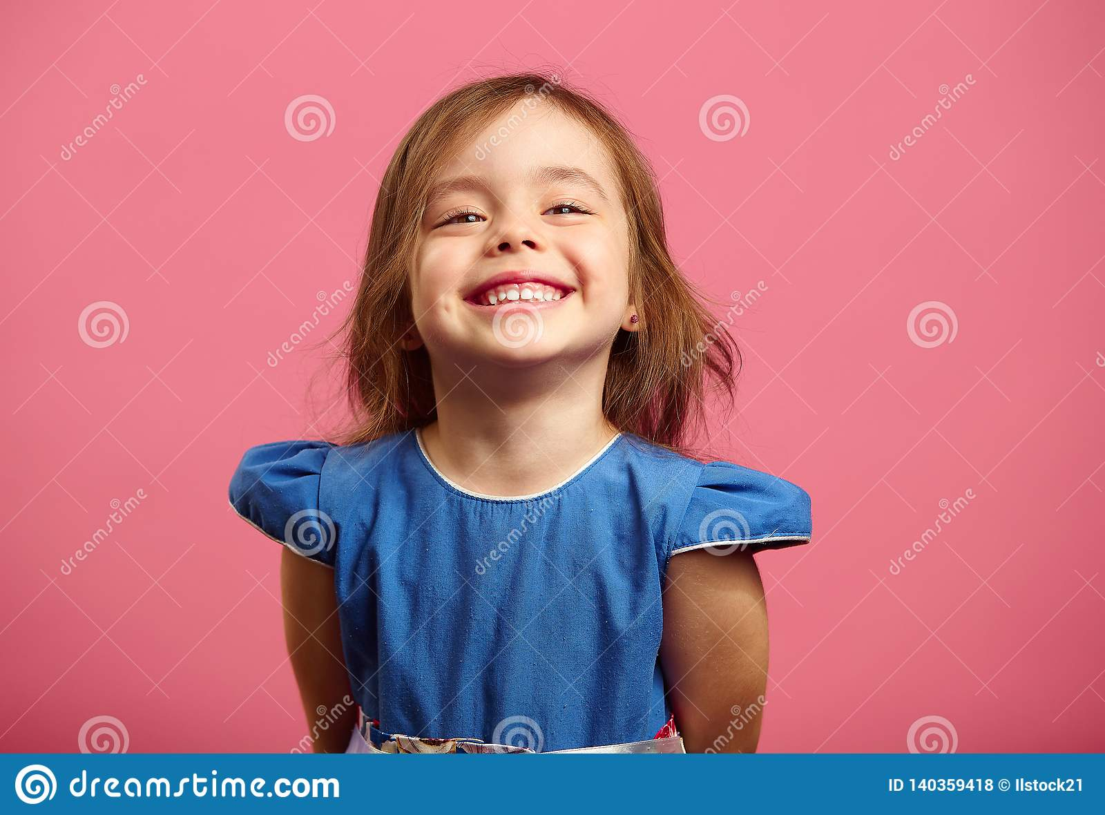 Retrato femenino del niño encantador de tres años con una sonrisa hermosa