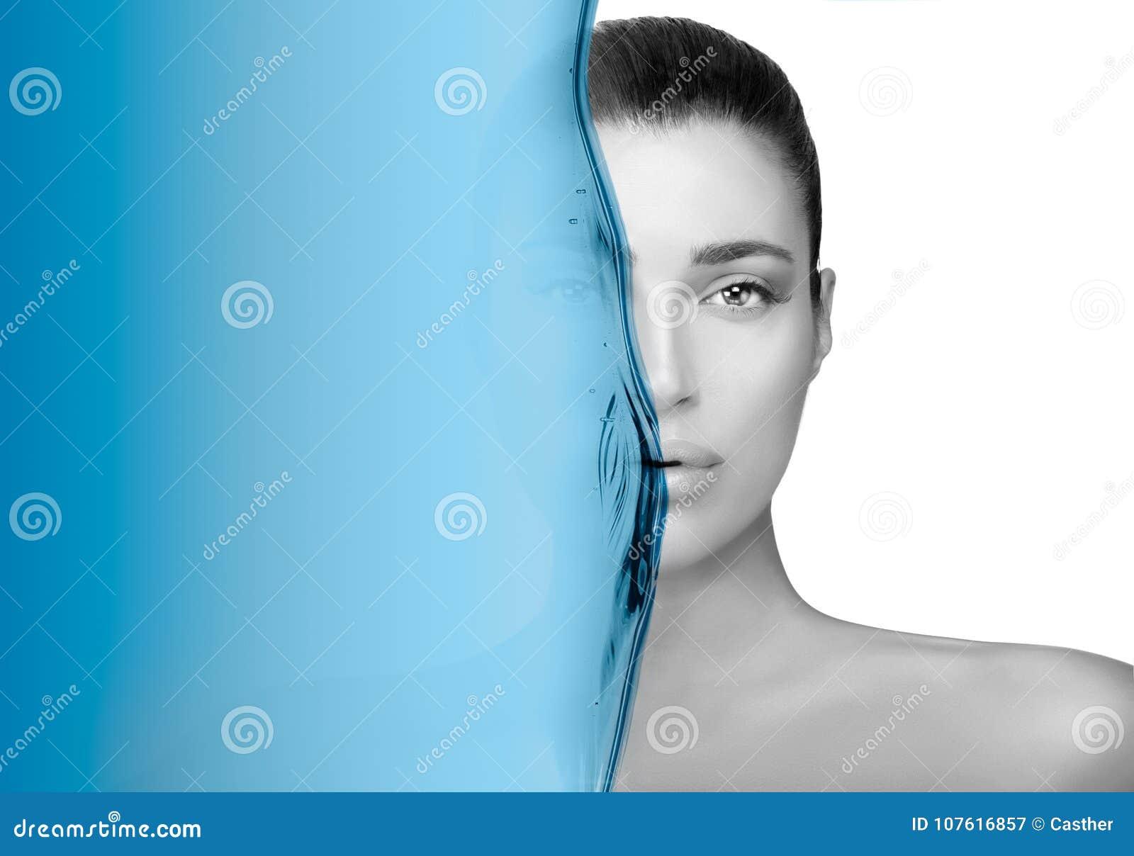 Retrato Greyscale de la belleza de una morenita magnífica Concepto del cuidado de piel