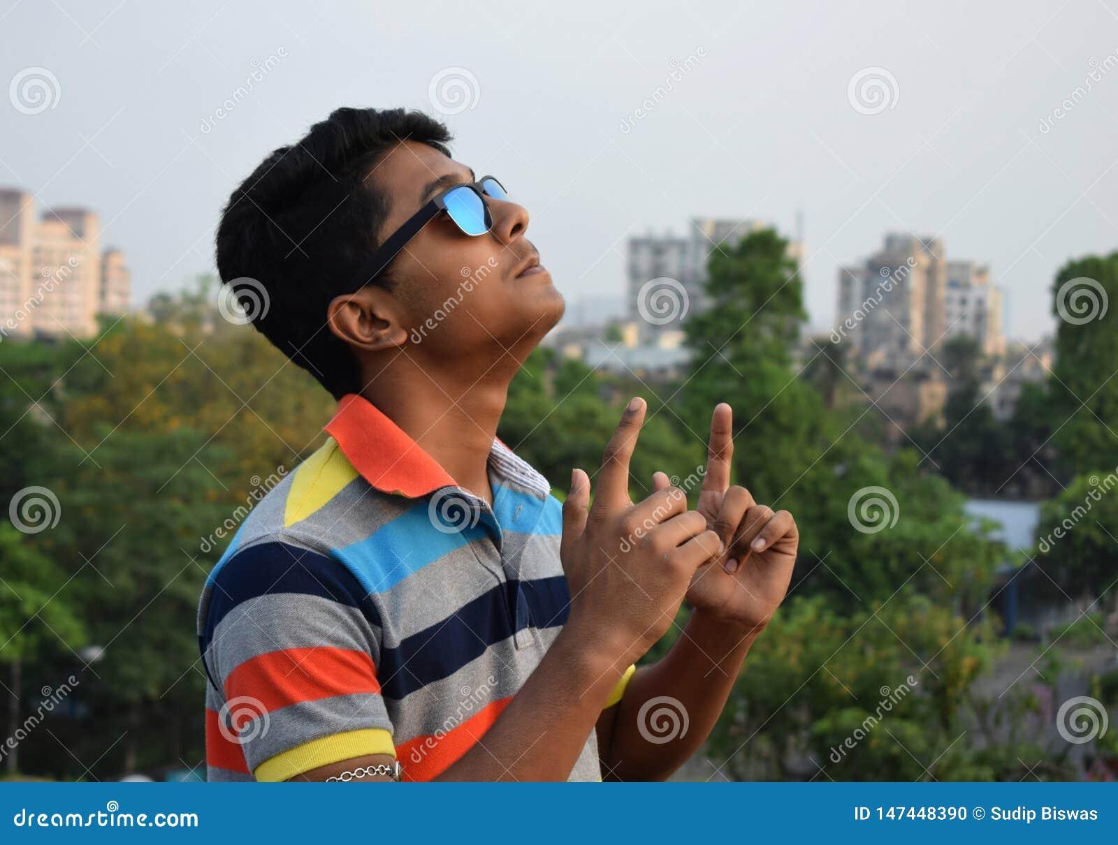 Retrato Guy Celebrating Success joven feliz