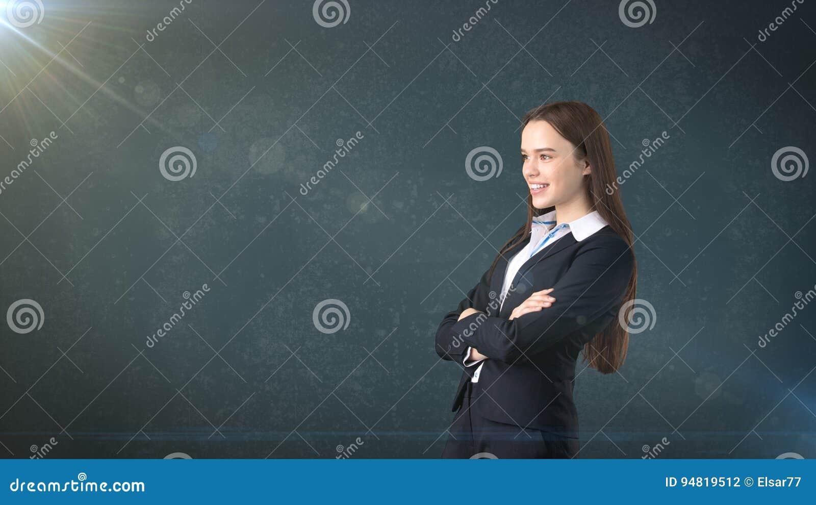 Retrato hermoso acertado joven de la empresaria en traje