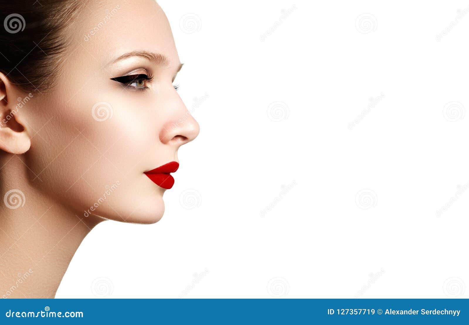 Retrato hermoso de la cara del modelo de la mujer de la moda con el lápiz labial rojo g