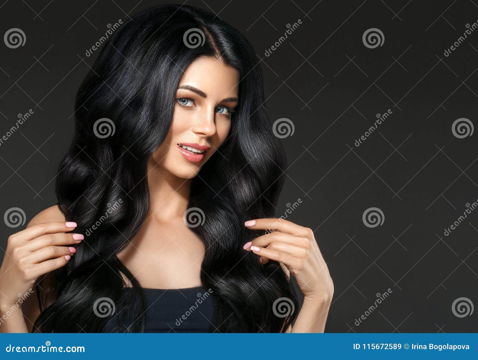 Retrato hermoso de la mujer de la belleza del pelo negro Hai rizado del peinado