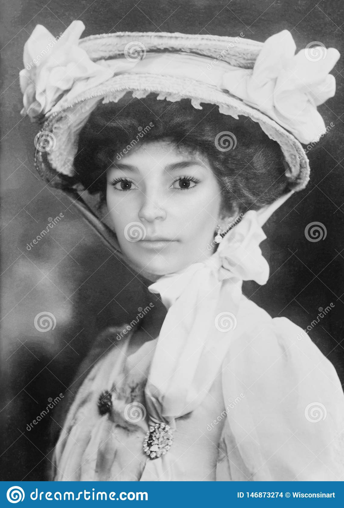 Retrato hermoso de la mujer de j?venes del vintage, fotograf?a