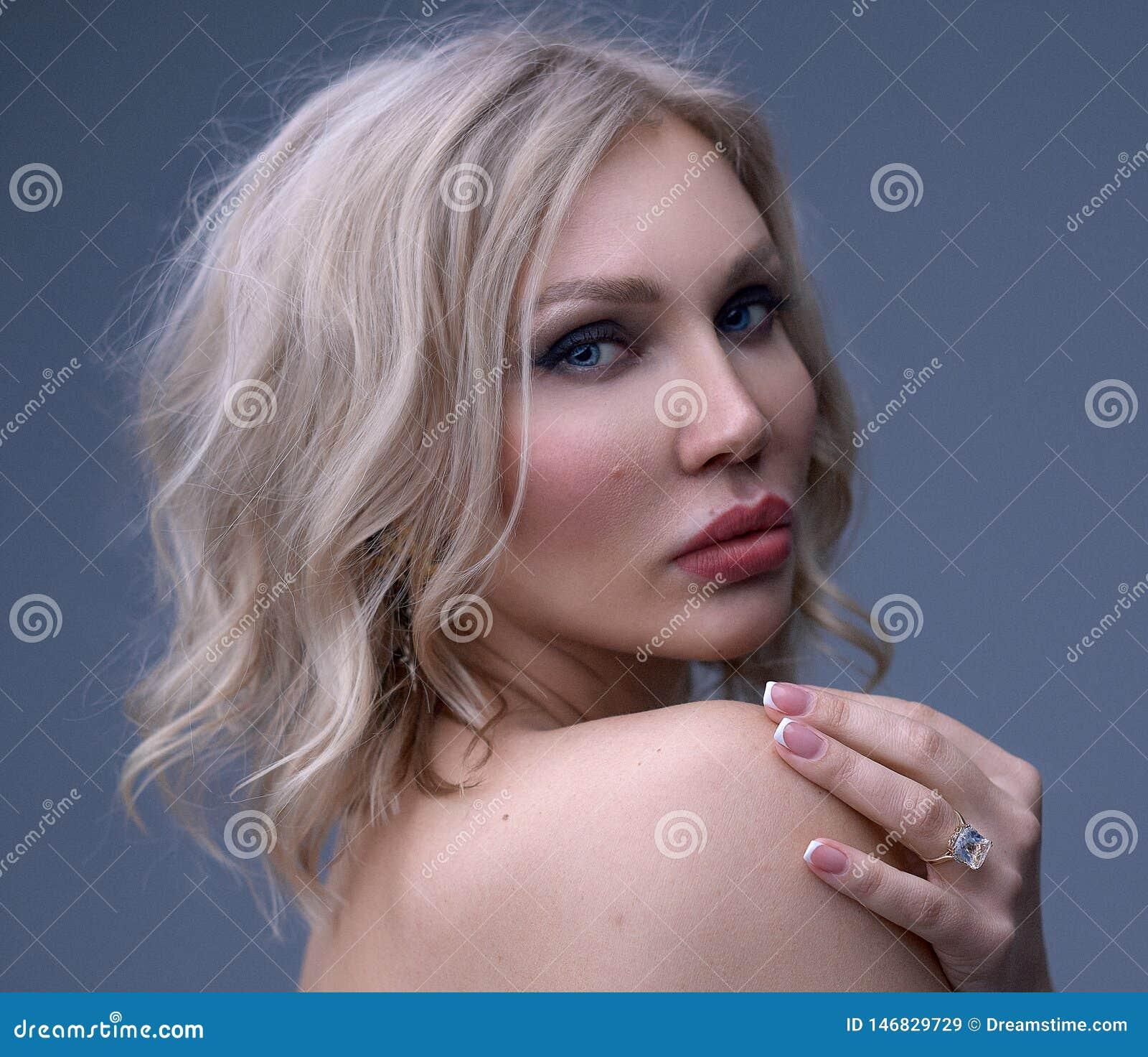 Retrato hermoso de la mujer