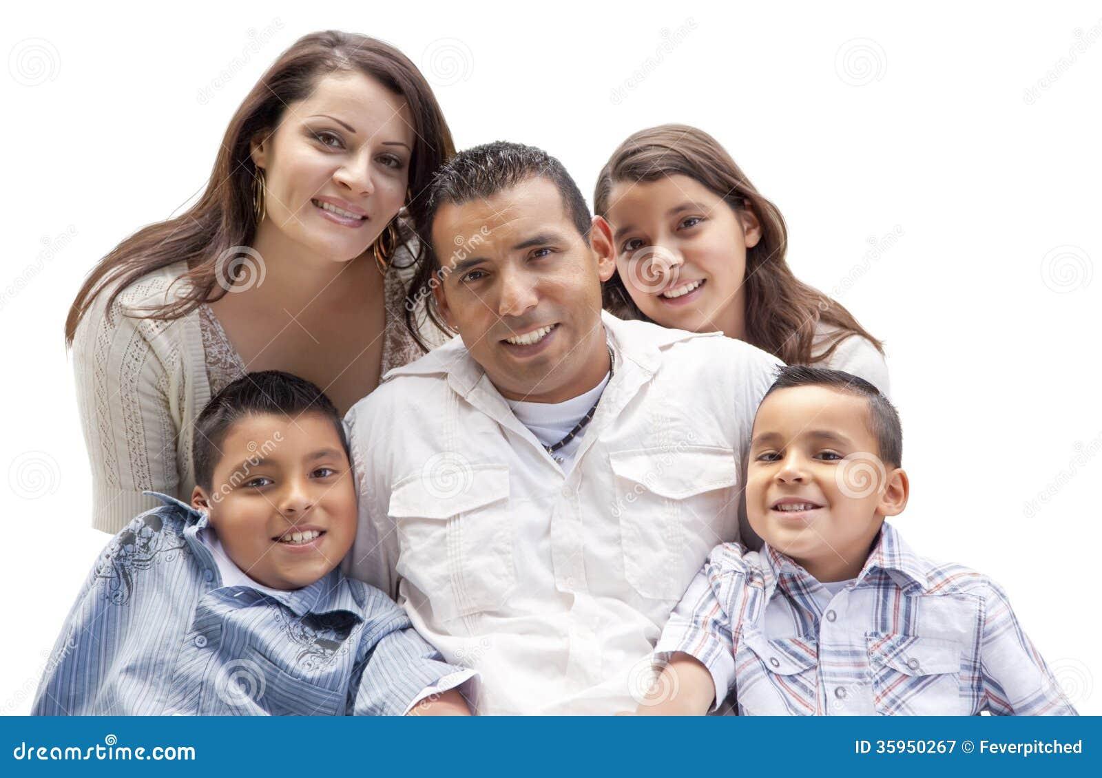 Retrato hispánico atractivo feliz de la familia en blanco