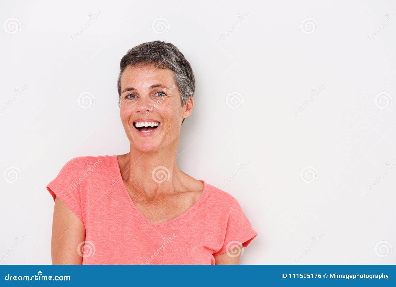 Retrato horizontal da mulher mais idosa feliz no fundo branco