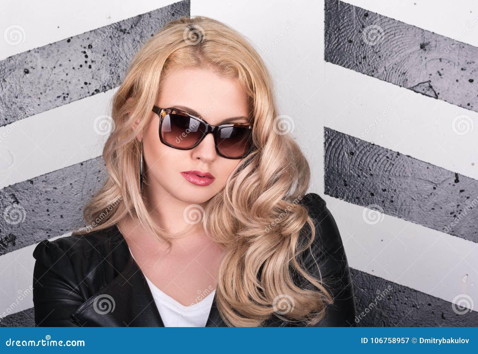 Retrato Horizontal De La Mujer Hermosa Joven En Chaqueta De