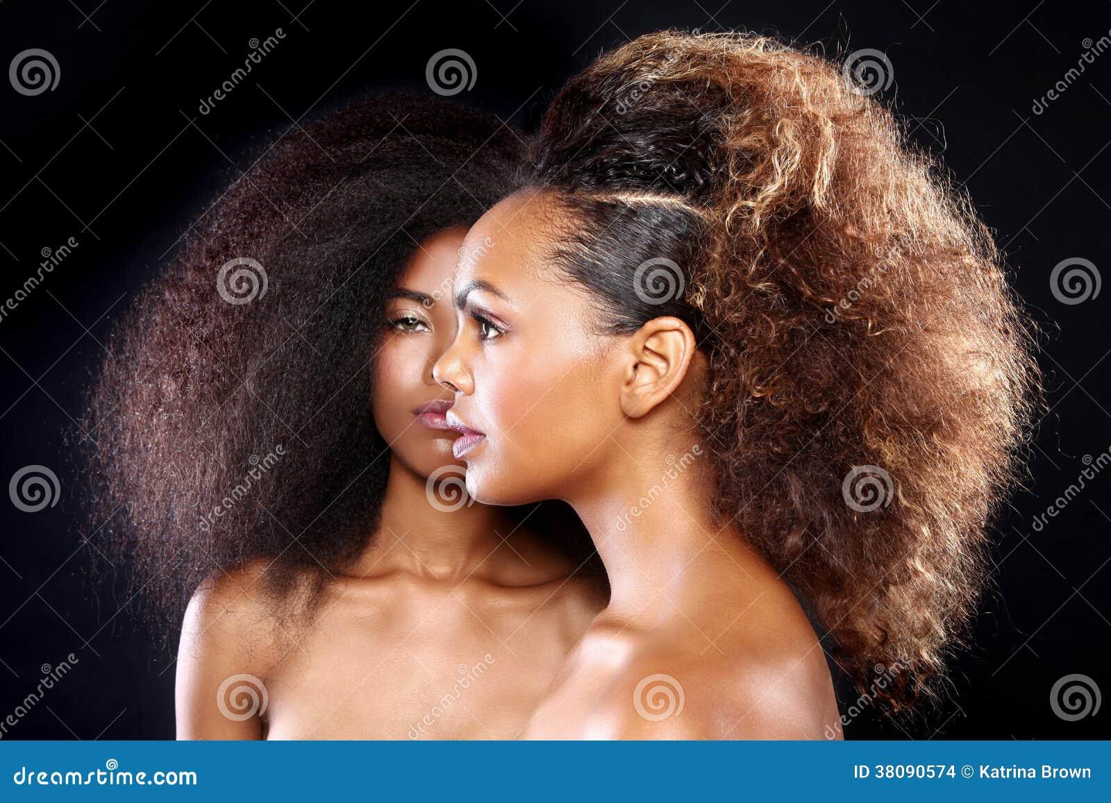 Retrato imponente de dos mujeres negras afroamericanas con H grande
