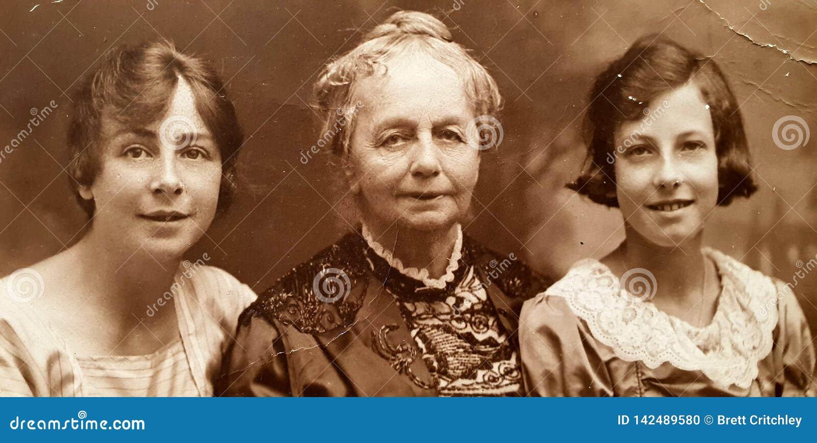 Retrato inglés de 100 años 1919 de dos muchachas y de la mujer mayor