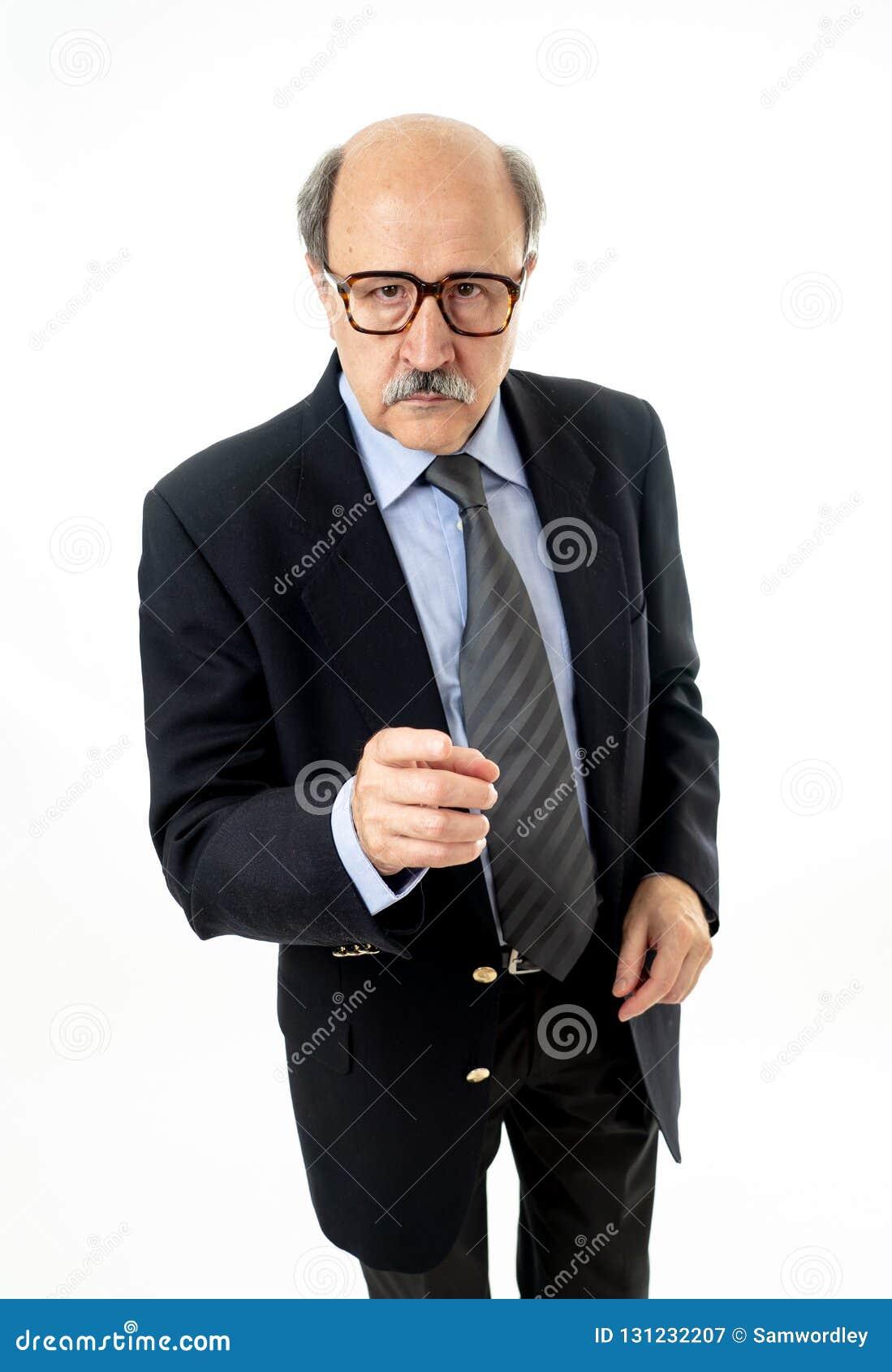 Retrato integral del viejo hombre de negocios feliz y que hace los gestos divertidos cómicos que tienen una idea