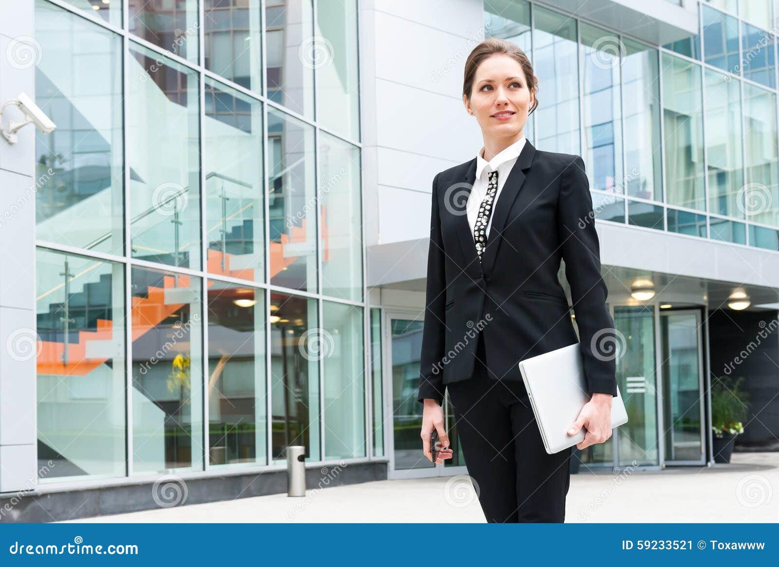 Retrato joven de la mujer de negocios