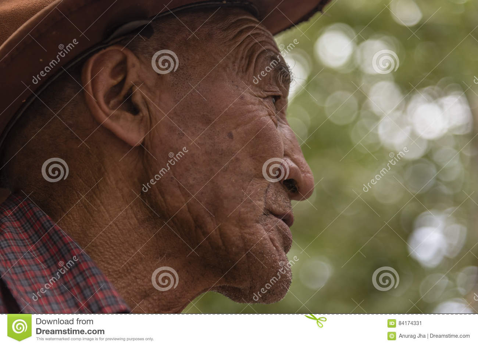 Retrato lateral de un viejo hombre tibetano