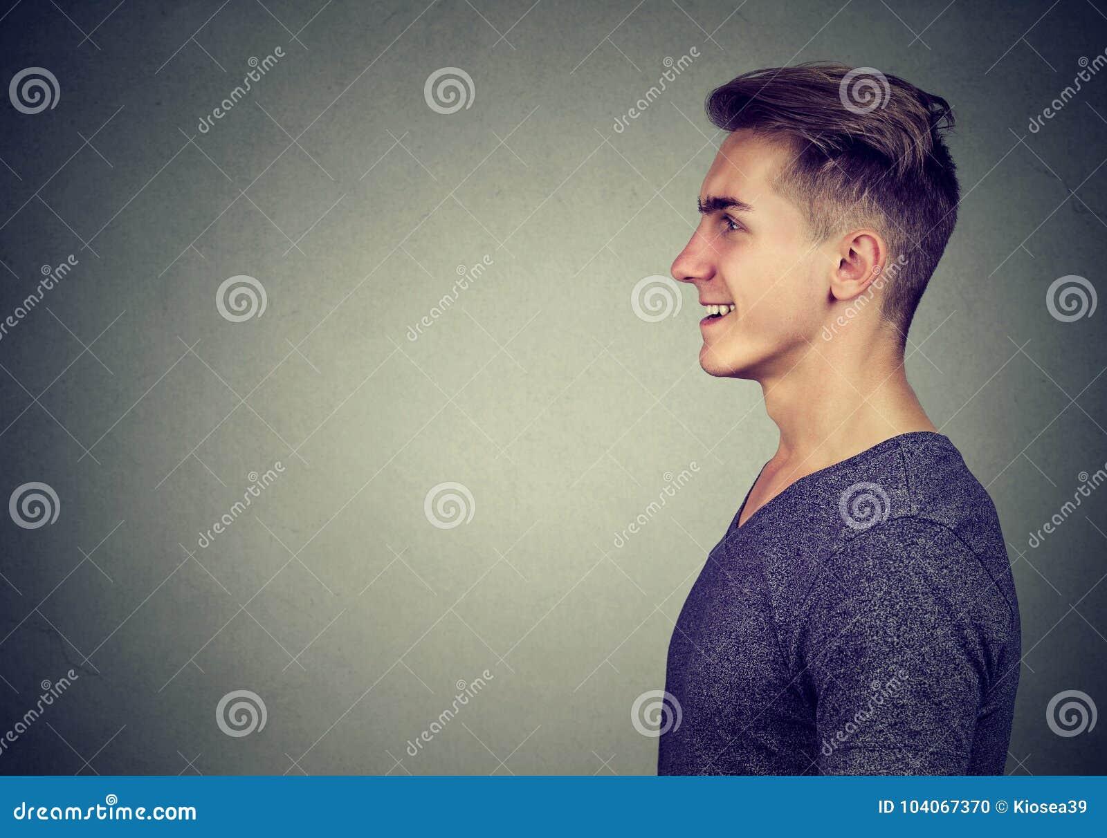 Retrato lateral del perfil de una risa feliz del hombre