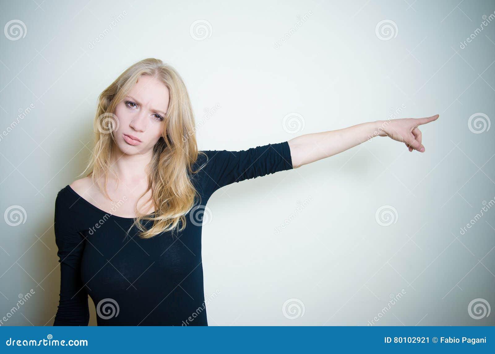 Retrato louro novo irritado forçado da mulher