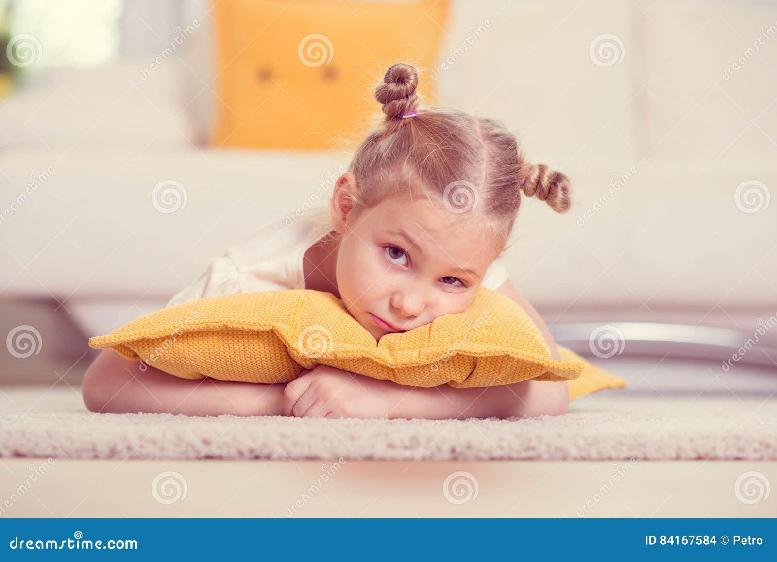 Retrato louro pequeno bonito da menina