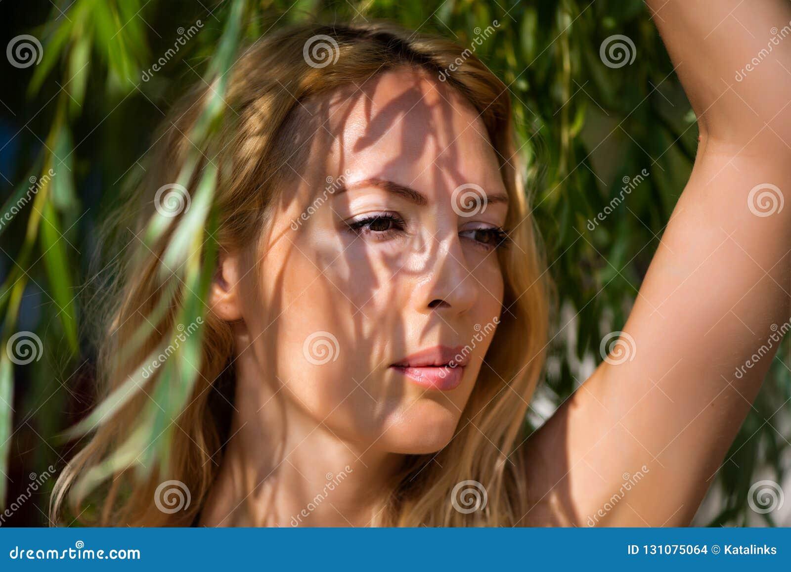 Retrato macro da mulher loura bonita nova