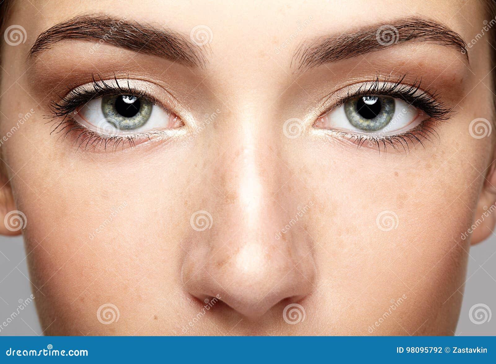 Retrato macro do close up da cara fêmea Sagacidade aberta dos olhos da mulher humana
