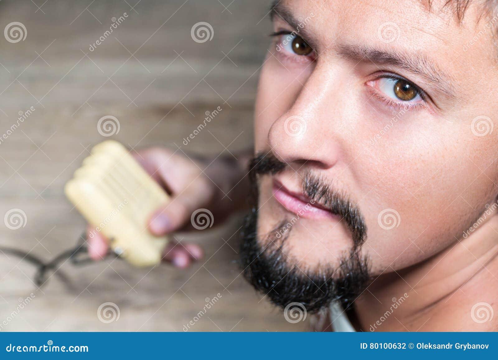 Retrato masculino do close up com microfone