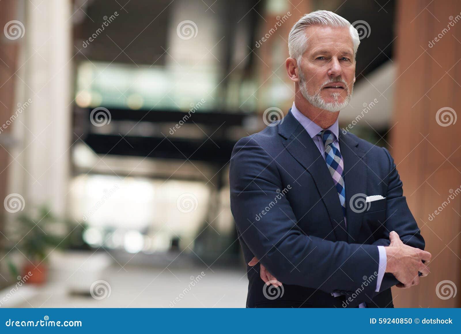 Download Retrato Mayor Del Hombre De Negocios Foto de archivo - Imagen de aislado, encargado: 59240850