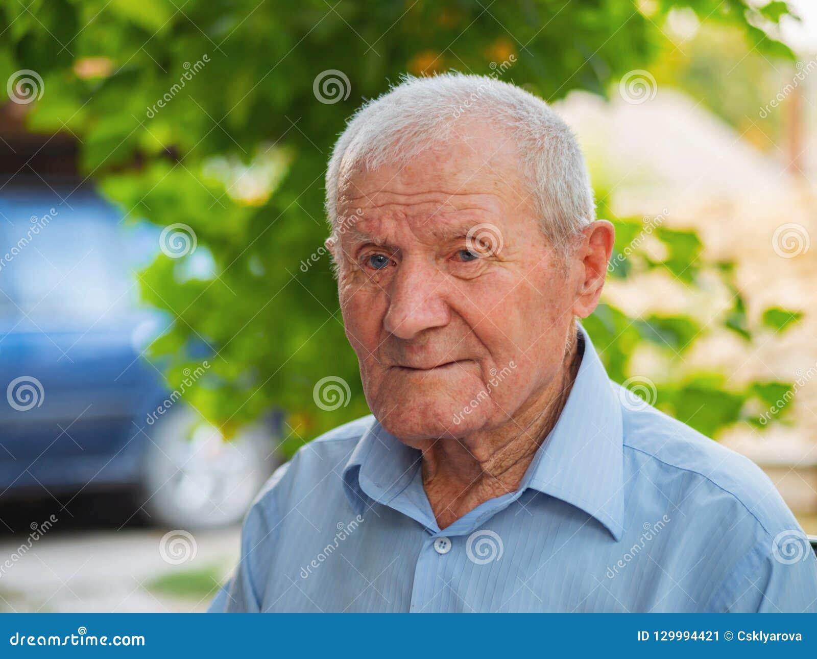 Retrato mismo del viejo hombre Relajación de abuelo al aire libre en el verano Retrato: envejecido, mayor, mayor Primer del viejo