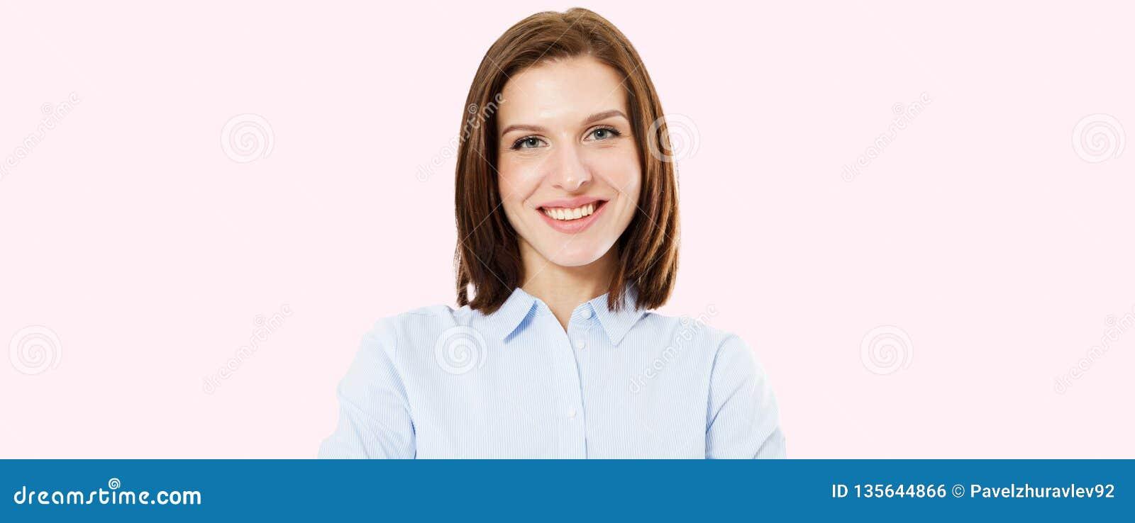 Retrato moreno feliz no fundo cor-de-rosa, mulher bonito, cara do sorriso