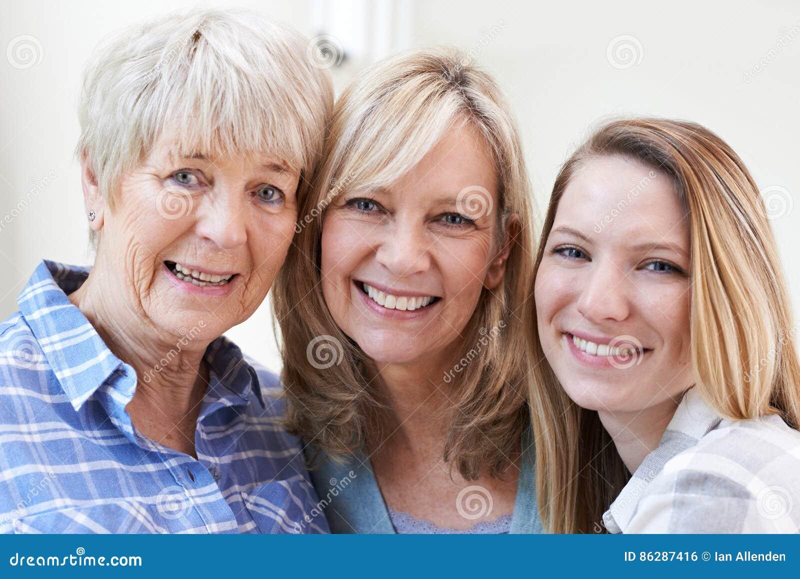 Retrato multi femenino de la generación en casa