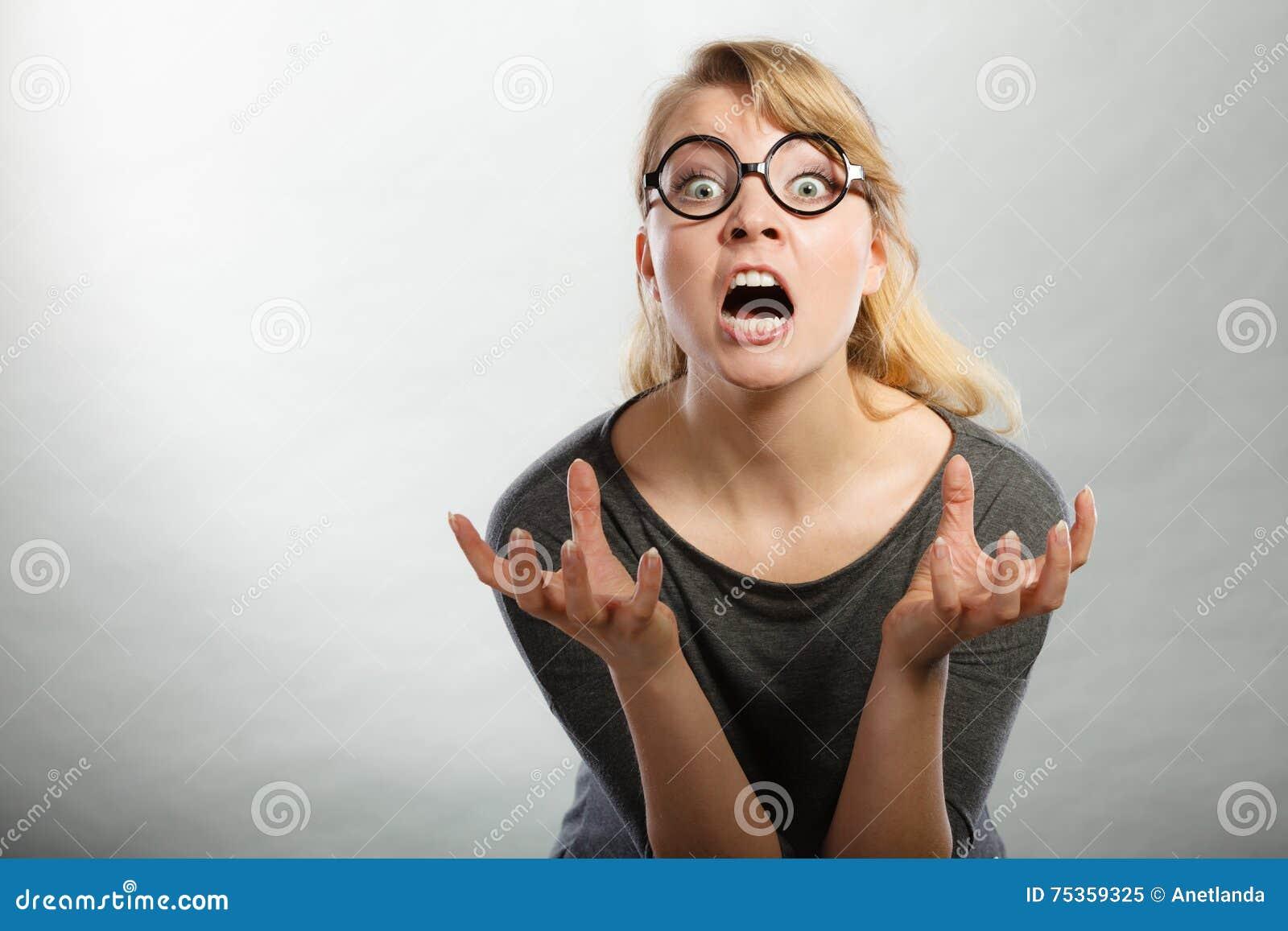 Retrato nervoso irritado da mulher