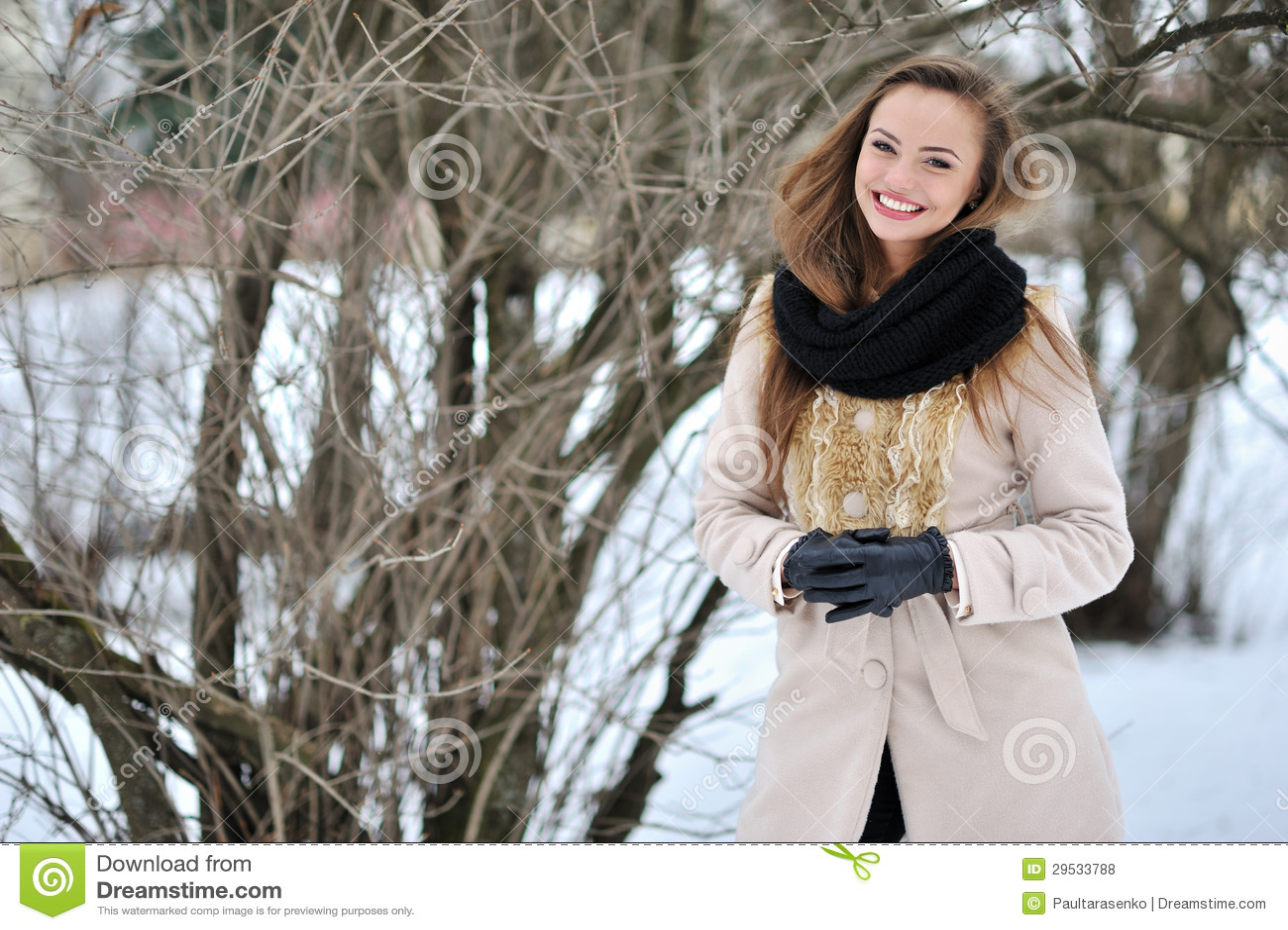 Retrato ocasional de uma menina feliz bonita fora