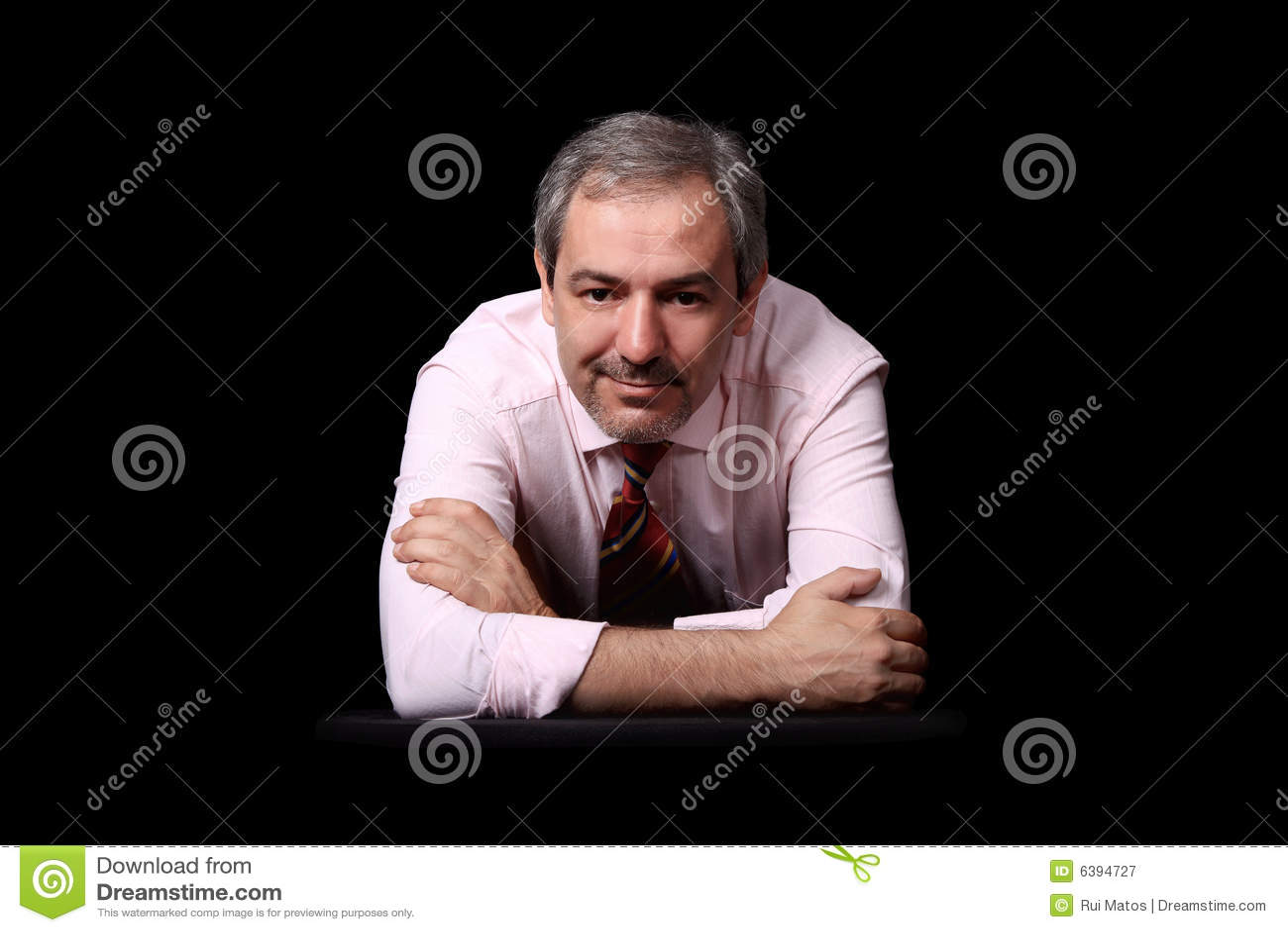 Retrato ocasional do homem de negócios sobre o preto