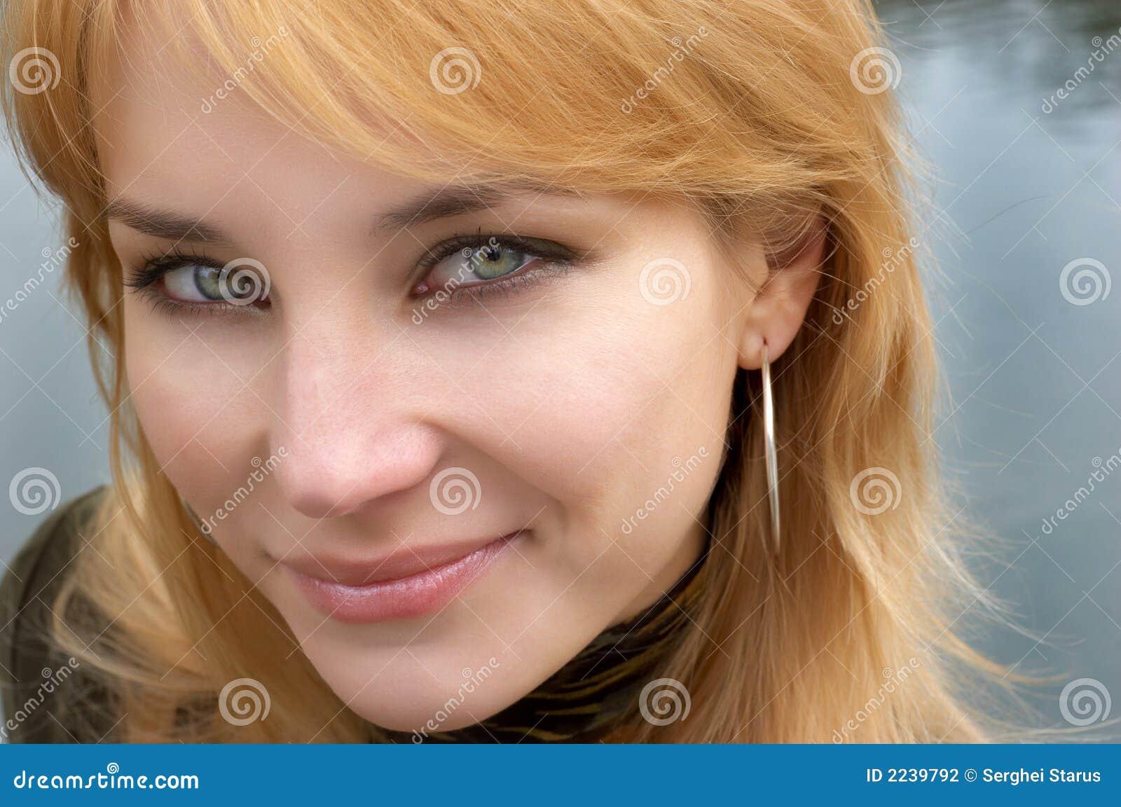 Retrato pelirrojo de la cara de la muchacha