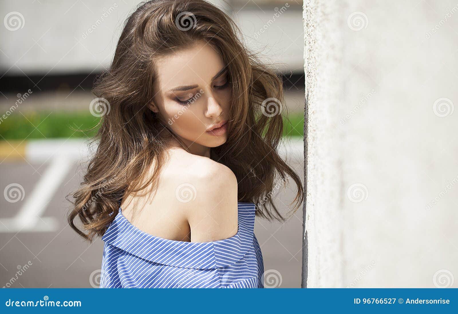 Retrato próximo acima da mulher bonita nova