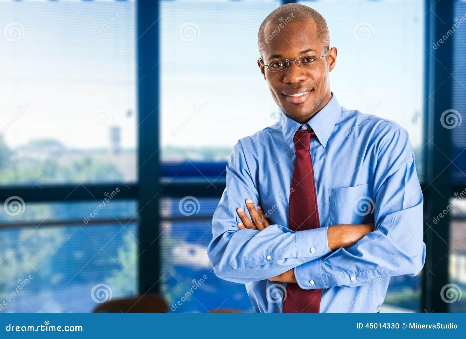 Retrato preto de sorriso do homem de negócio