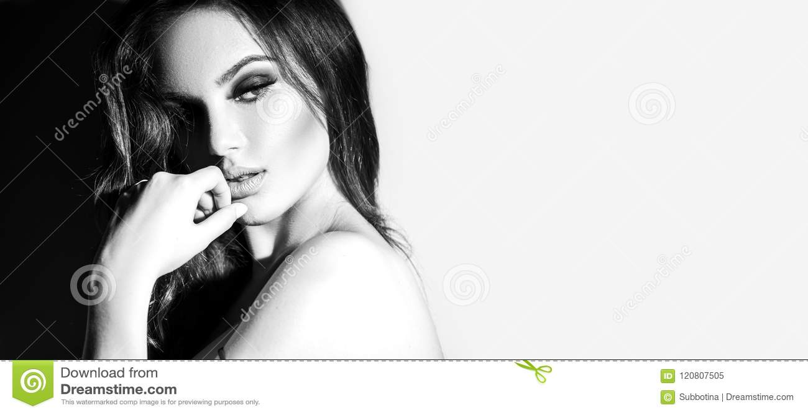 Retrato preto e branco da jovem mulher  sexy  Jovem mulher sedutor com cabelo longo