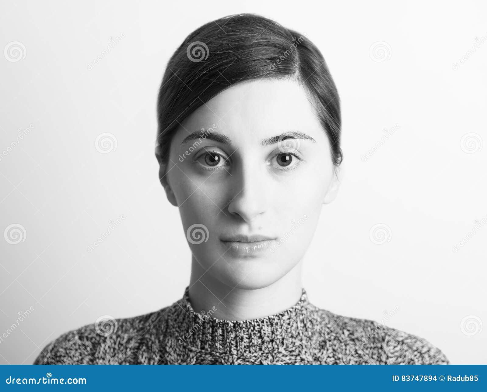 Retrato preto e branco da menina bonita