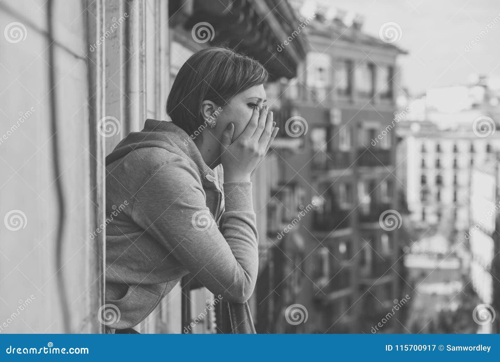 Retrato preto e branco de uma mulher atrativa nova com depressão e ansiedade no balcão home