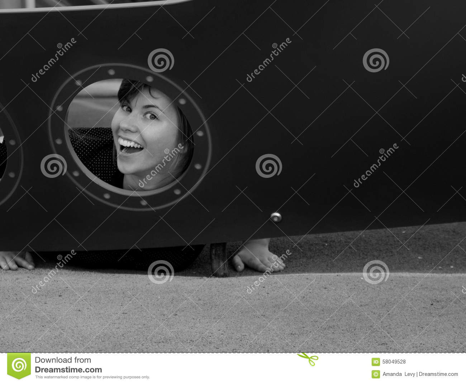 Retrato preto e branco de uma mulher nova