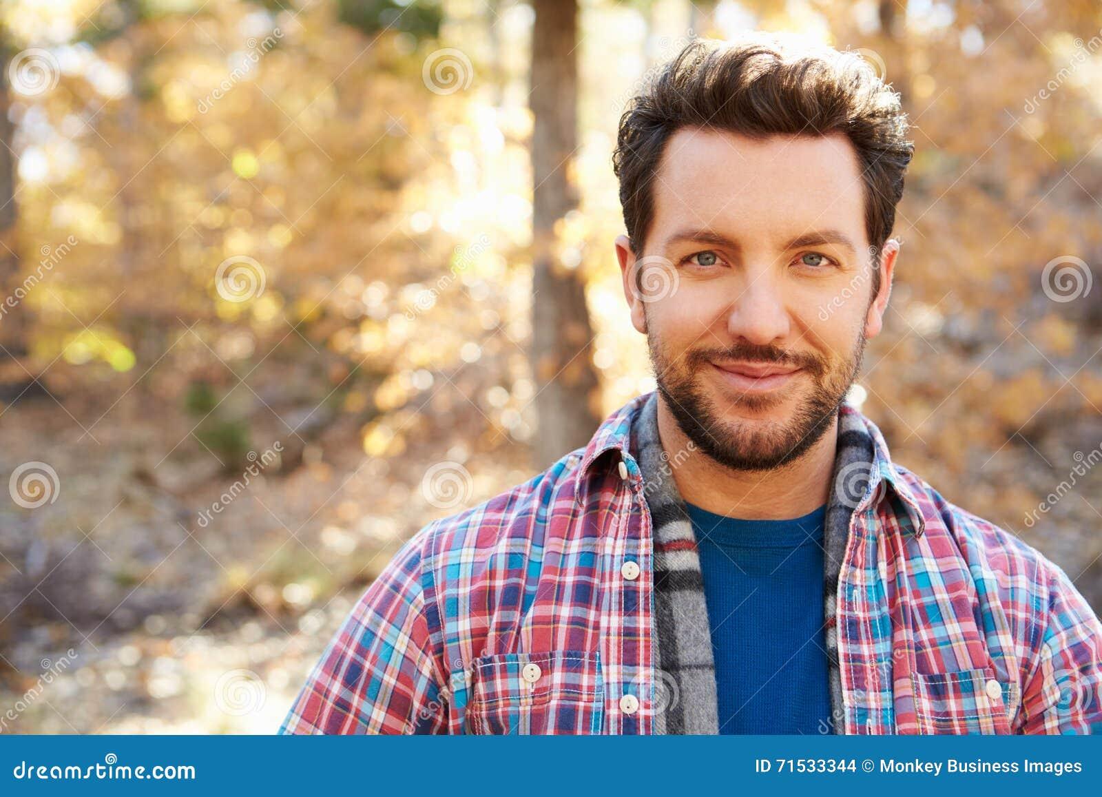 Retrato principal e dos ombros do homem em Autumn Woodland