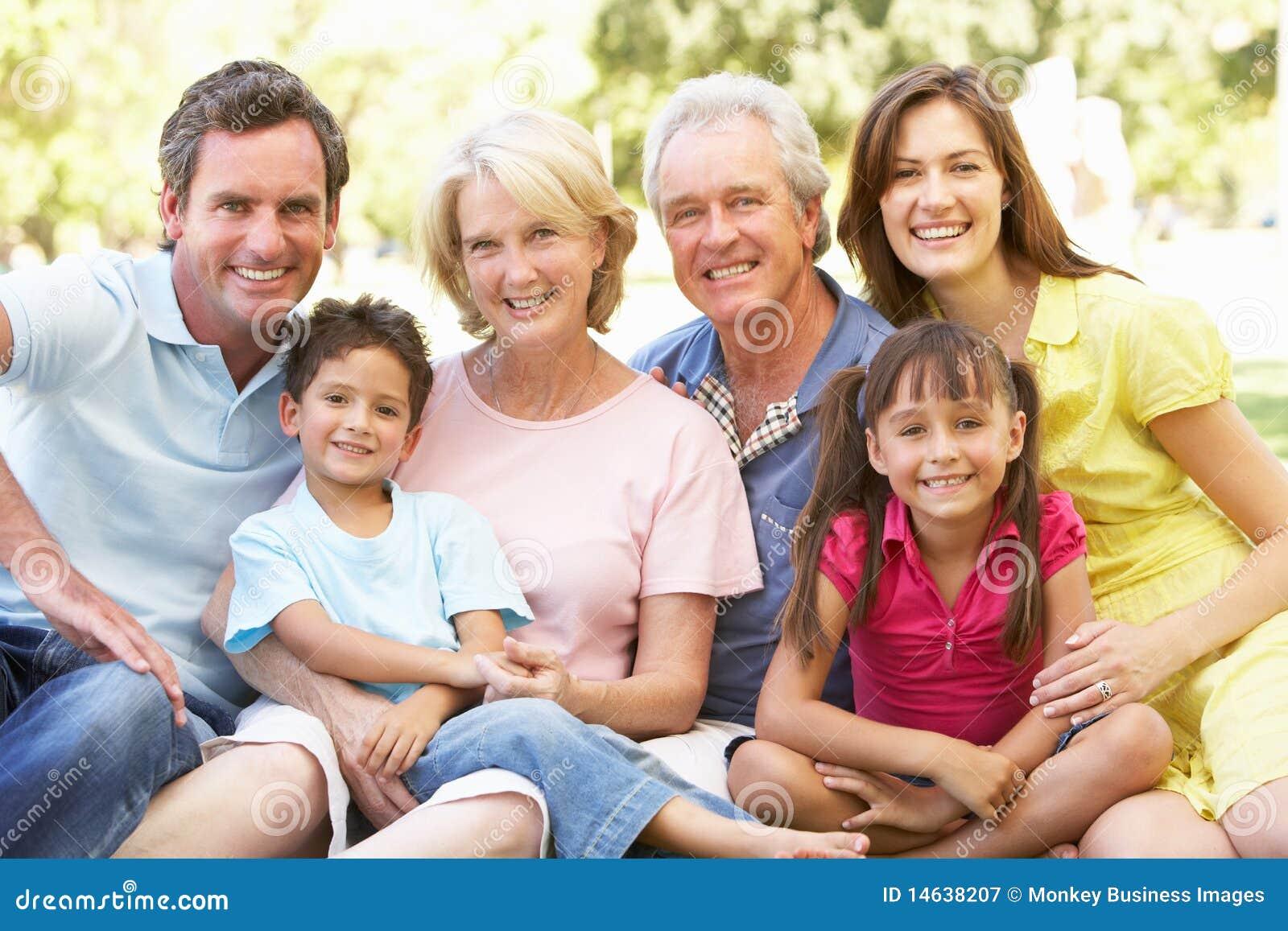Retrato prolongado do grupo da família que aprecia o dia