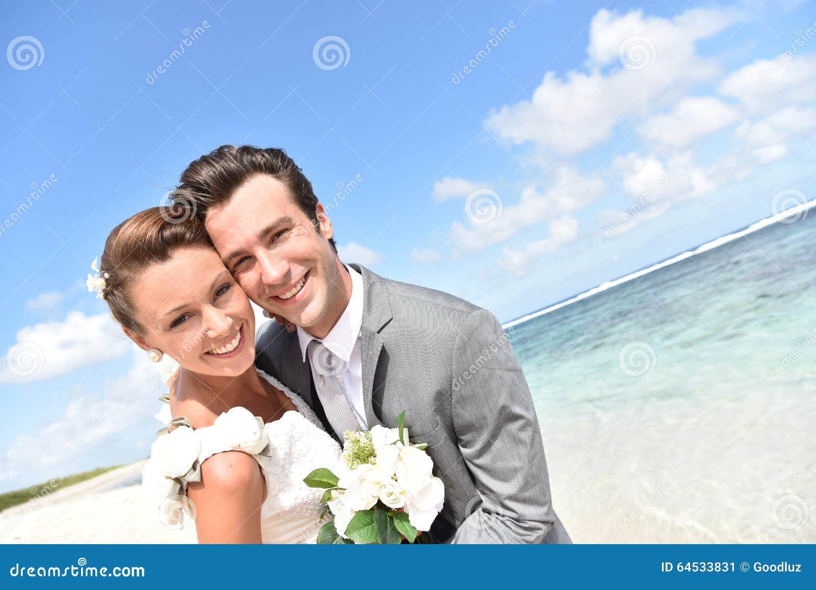 Retrato recentemente do casal na praia das caraíbas